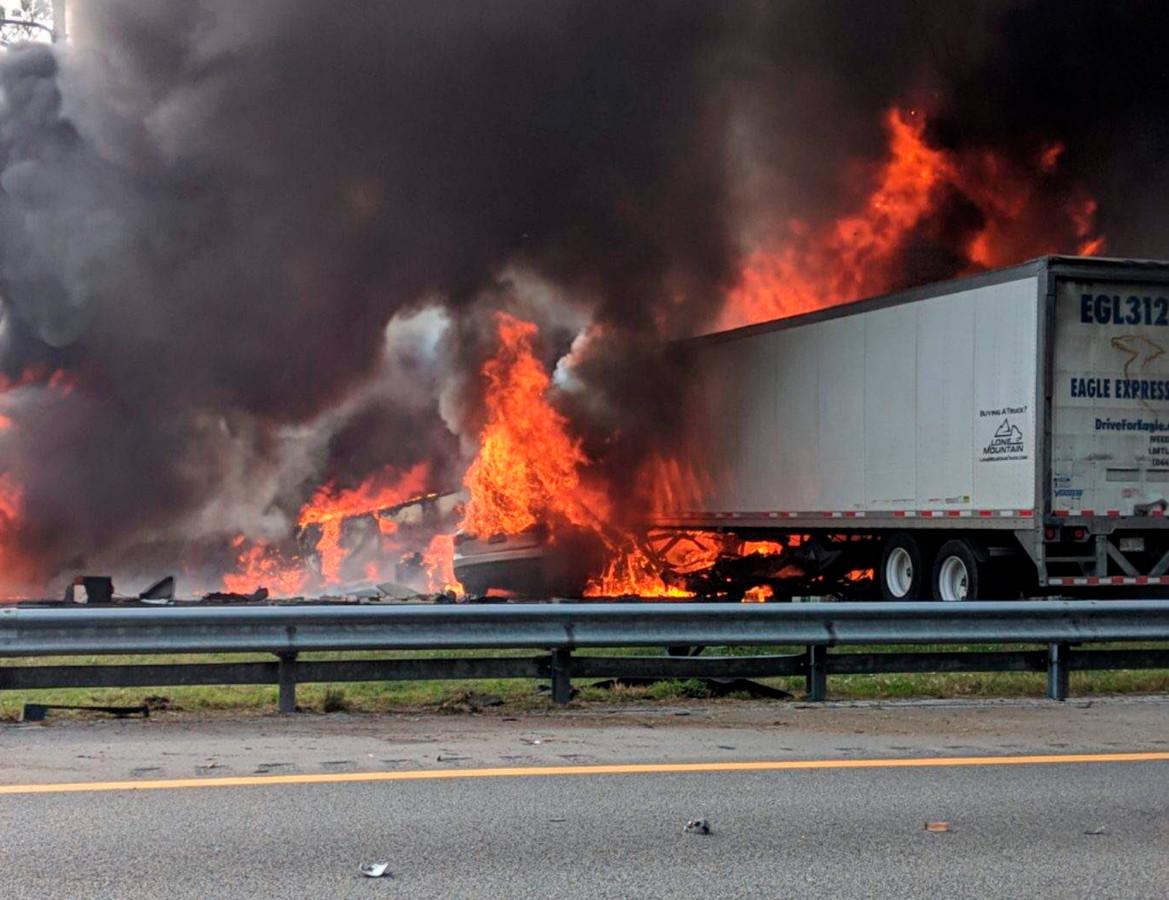 Bij een groot ongeluk nabij Gainesville kwamen zeker zes mensen om het leven.