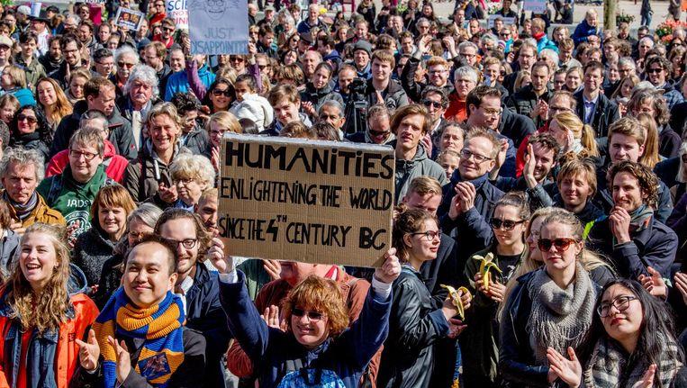 Wetenschappers demonstreerden vorig jaar op het Museumplein voor het behoud van vrije wetenschap. Beeld anp