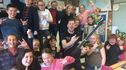 Rockster ruilt gitaar in voor schoolbord