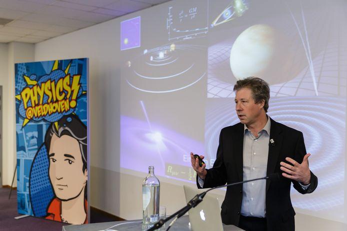 Wetenschapper Erik Verlinde geeft in Koningshof in Veldhoven uitleg over zijn theorie over zwarte gaten.