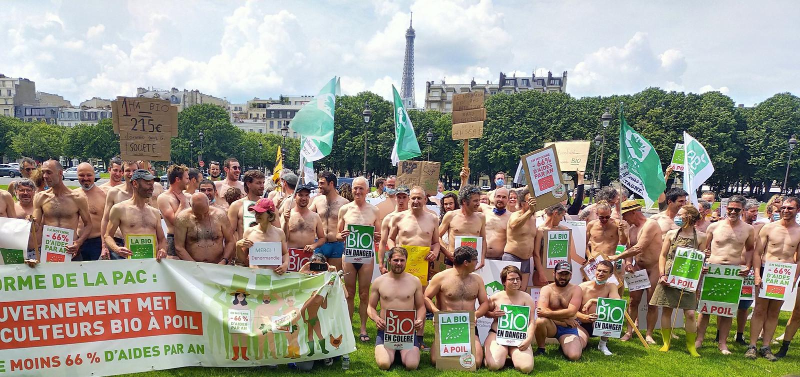 """""""La bio à poil"""": en posant nus, les agriculteurs veulent dénoncer la prochaine reforme de la PAC à Paris le 2 juin 2021."""