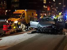 Auto over de kop bij Erasmusbrug: zes inzittenden gewond onder wie vier kinderen