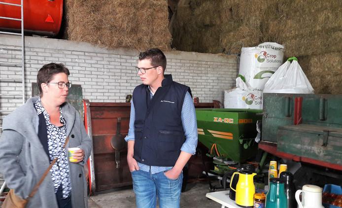 Wethouder Inge Raaijmakers tijdens een recent werkbezoek aan boer Marc van der Bol in Moerstraten.