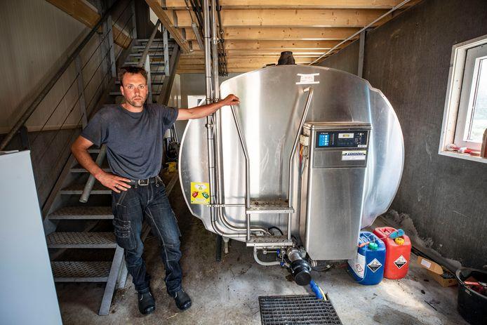 Geitenhouder en minicampingbaas Gert-Jan Rekers van camping De Rêke is hard getroffen door de bolblikseminslag van afgelopen weekend. De melkkoeling doet het inmiddels weer.