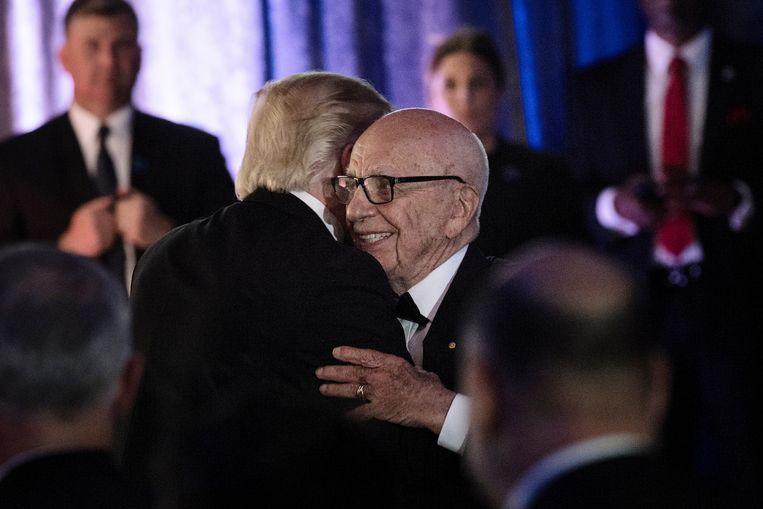 Murdoch met ex-president Donald Trump in 2017. Trump ontstak in toorn toen Murdochs nieuwszender Fox News op de avond van de presidentsverkiezingen Joe Biden al betrekkelijk snel tot overwinnaar in de staat Arizona uitriep. Sindsdien is de liefde over. Beeld AFP