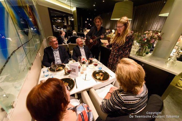 Muzikale opluistering van het finalediner lezersmenu. Ton Ouwehand en partner brengen 'voorgekookte' liedjes over de gerechten en genomineerde restaurants.
