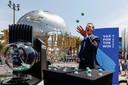 Gouverneur Gavin Newsom van Californië goochelt met de Vax for the Win-loterijballetjes op het terrein van de Universal Studios in Hollywood.