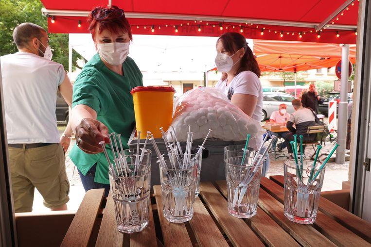 Injecties met het Janssen vaccin staan klaar om te worden uitgedeeld in een bar in Berlijn. Beeld Getty Images