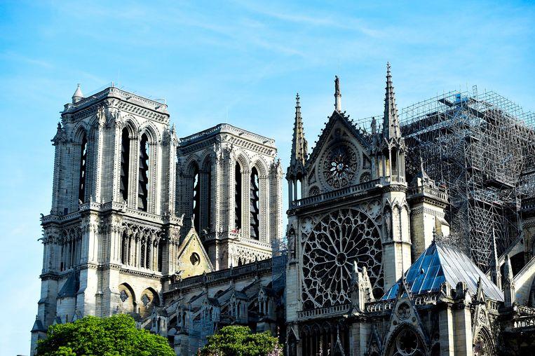 Zijaanzicht van Notre-Dame na de verwoestende brand.