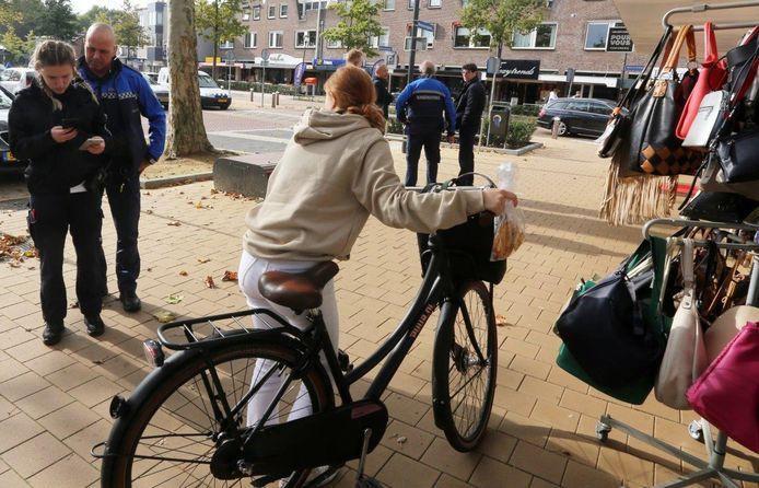 Vijftien fietsers hielden zich op het Moleneindplein in Vught niet aan de regels en kregen een waarschuwing.