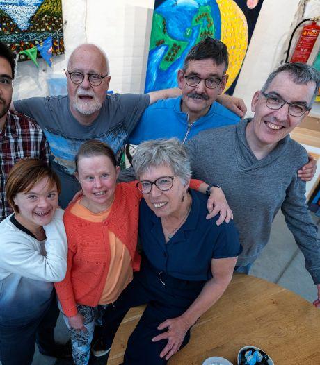 Voorvechter voor kunst van mensen met een beperking neemt afscheid: 'Soms moet je niet binnen de lijntjes kleuren'