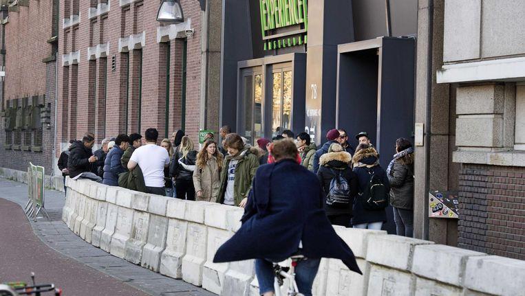 De rij bij de Heineken Experience, Stadhouderskade. Beeld Olaf Kraak/ANP