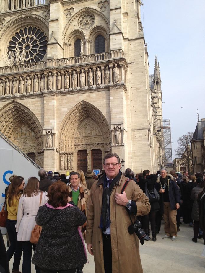 Joost Eijsbouts voor de Notre Dame in Parijs