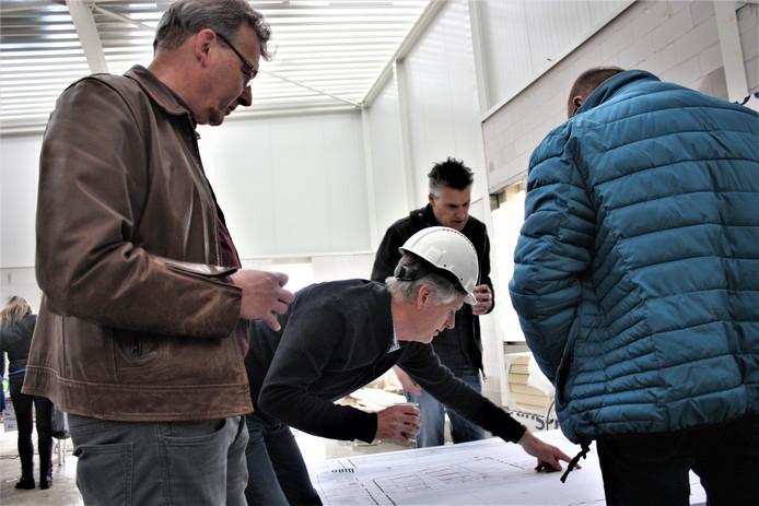Bezoekers krijgen uitleg over de nieuwe sporthal.