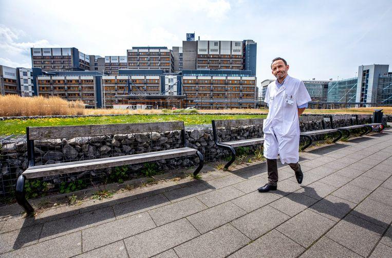 Jerry Braun, voorzitter van de Nederlandse Vereniging voor Thoraxchirurgie en hart- en longchirurg in het LUMC: 'Het zijn rare gesprekken die je nu voert'. Beeld Raymond Rutting / de Volkskrant