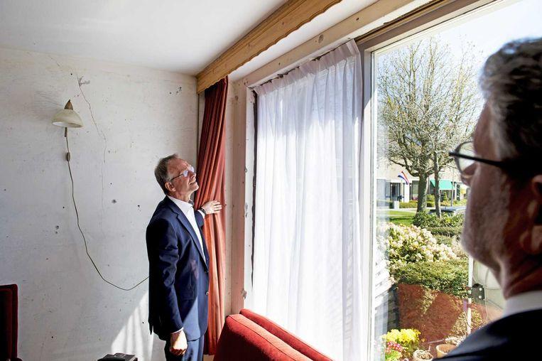Minister Kamp van economische zaken neemt een kijkje in een woning tijdens een bezoek aan Groningen. Beeld anp