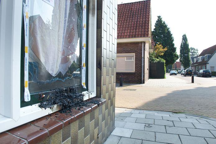 De ruit van het gebouw aan de Willemstraat in Velp waardoor een molotovcocktail werd gegooid.