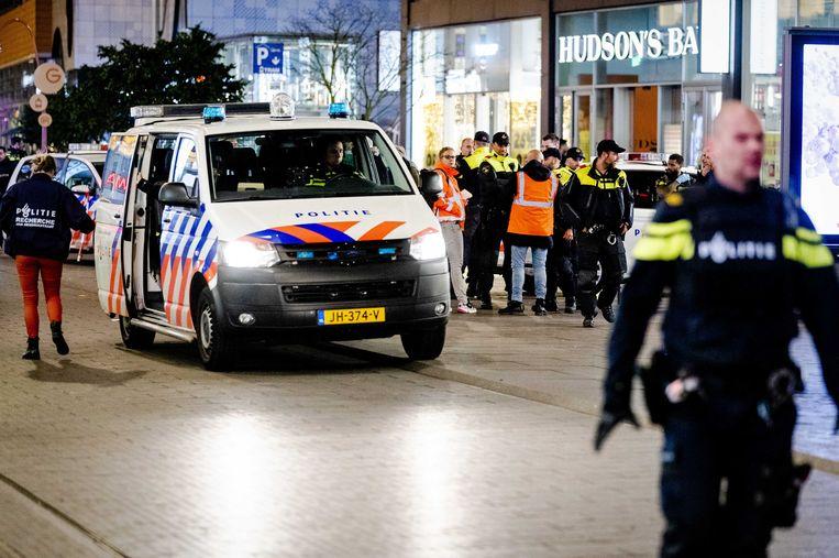 Politie in de Haagse Grote Marktstraat na de steekpartij. Beeld ANP
