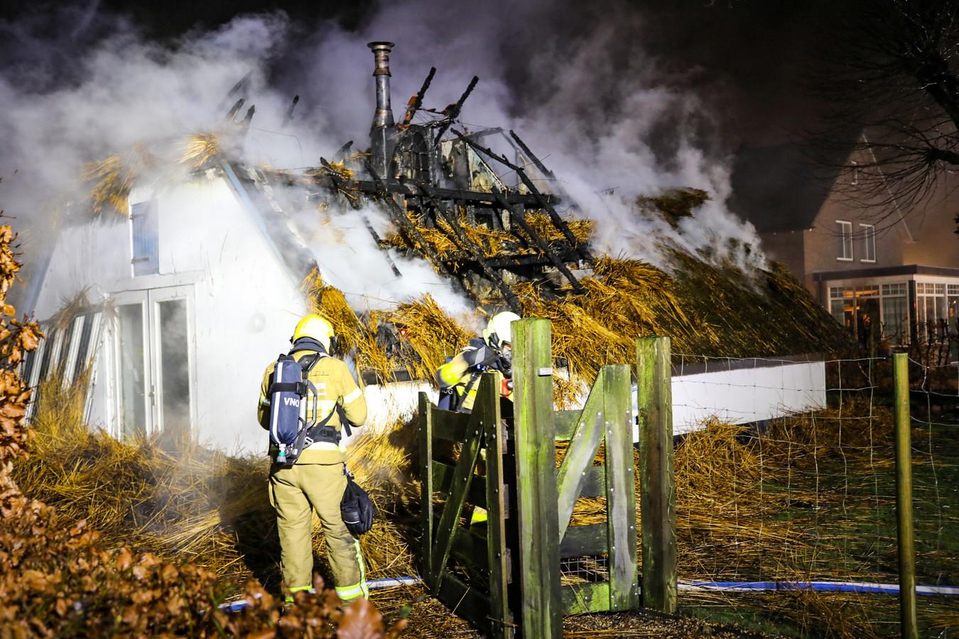 Een monumentale woning in Apeldoorn is vannacht volledig afgebrand.