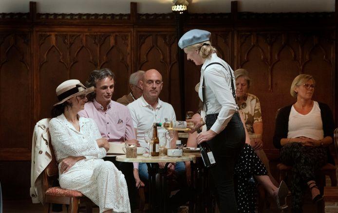 De bediening liep tijdens de Franse lunch op Landgoet Mariënwaerdt rond met blauwe alpinopet en bretels.