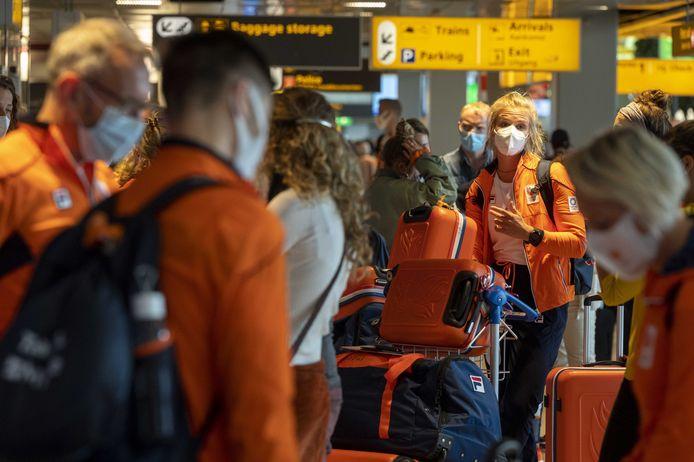 Vertrekkende sporters in de vertrekhal van Schiphol vorige week donderdag. Twee dagen later vertrok er een vlucht met sporters die positief testten.