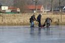 Enkele tieners haalden Leonard uit het ijskoude water, maar de man overleed later aan zijn verwondingen.