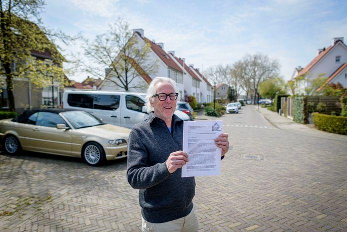 Job Zwat al veertig jaar voorzitter van bewonersvereniging Kotte e.o. Maakt zich grote zorgen over afwikkeling parkeerprobleem in Hart van Zuid.