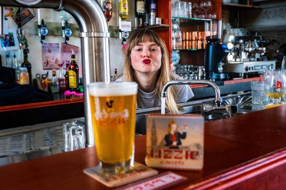 Lizzie Goedemé in haar café Tram 3.