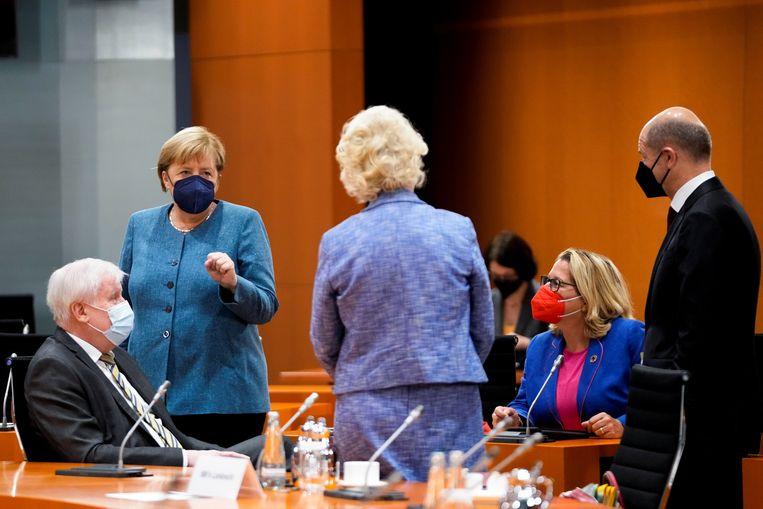 Zolang onduidelijk is wie bondskanselier Angela Merkel opvolgt in Duitsland, stelt de EU belangrijke besluiten uit. Beeld REUTERS