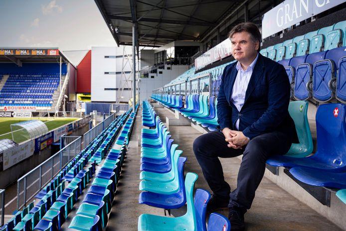 Paul Conway op de tribune van stadion De Vliert.