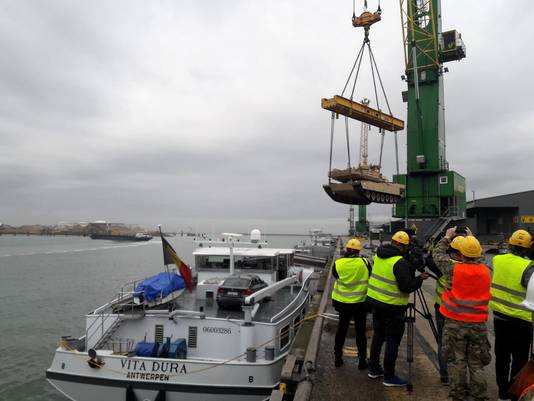 Tank wordt in binnenvaartschip geladen.