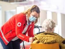 Zweminstructeur als EHBO'er op de vaccinatiepost, werknemers van De Meerval helpen overal een handje