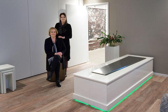 Ellen Kok (zittend) en Thanee Aerts in de familiekamer, waar nabestaanden ieder uur van de dag bij hun dierbare kunnen zijn.