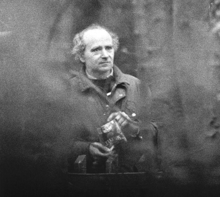 Ferdi E.draait een sigaret tijdens de reconstructie van de moord op Gerrit Jan Heijn, nabij Bloemendaal op 17 april 1988. Fotograaf Paul Stolk won er de Zilveren Camera mee.  Beeld ANP