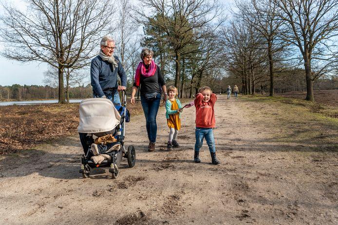 Mooi weer bij het Ganzenven. Janne, Abe (rode trui) en Kees (in de wagen) lopen met opa en oma al zonder jas.