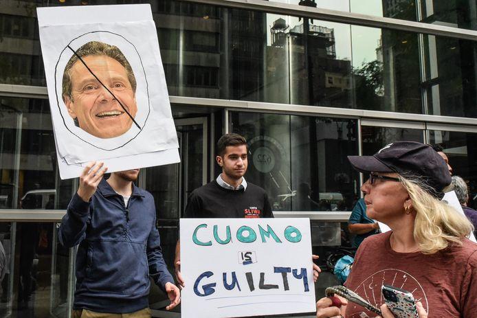Demonstranten in New York vinden dat gouverneur Andrew Cuomo moet opstappen.