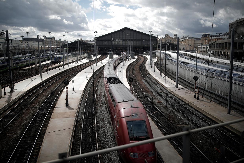 De Thalys op station Gare du Nord in Parijs. De aanleg van de hogesnelheidslijn waarover deze trein rijdt, heeft de groei van het aantal vliegtuigpassagiers licht teruggedrongen.