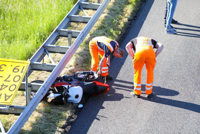 Bij het ongeluk op de snelweg A50 in Apeldoorn kwam een motor onder de vangrail terecht.