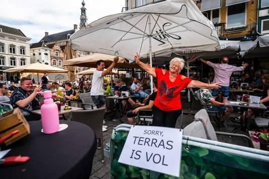 Gasten vieren feest op het terras van café Tijl Uilenspiegel op de Markt in Den Bosch, op 1 juni vorig jaar, toen horeca weer open mocht.