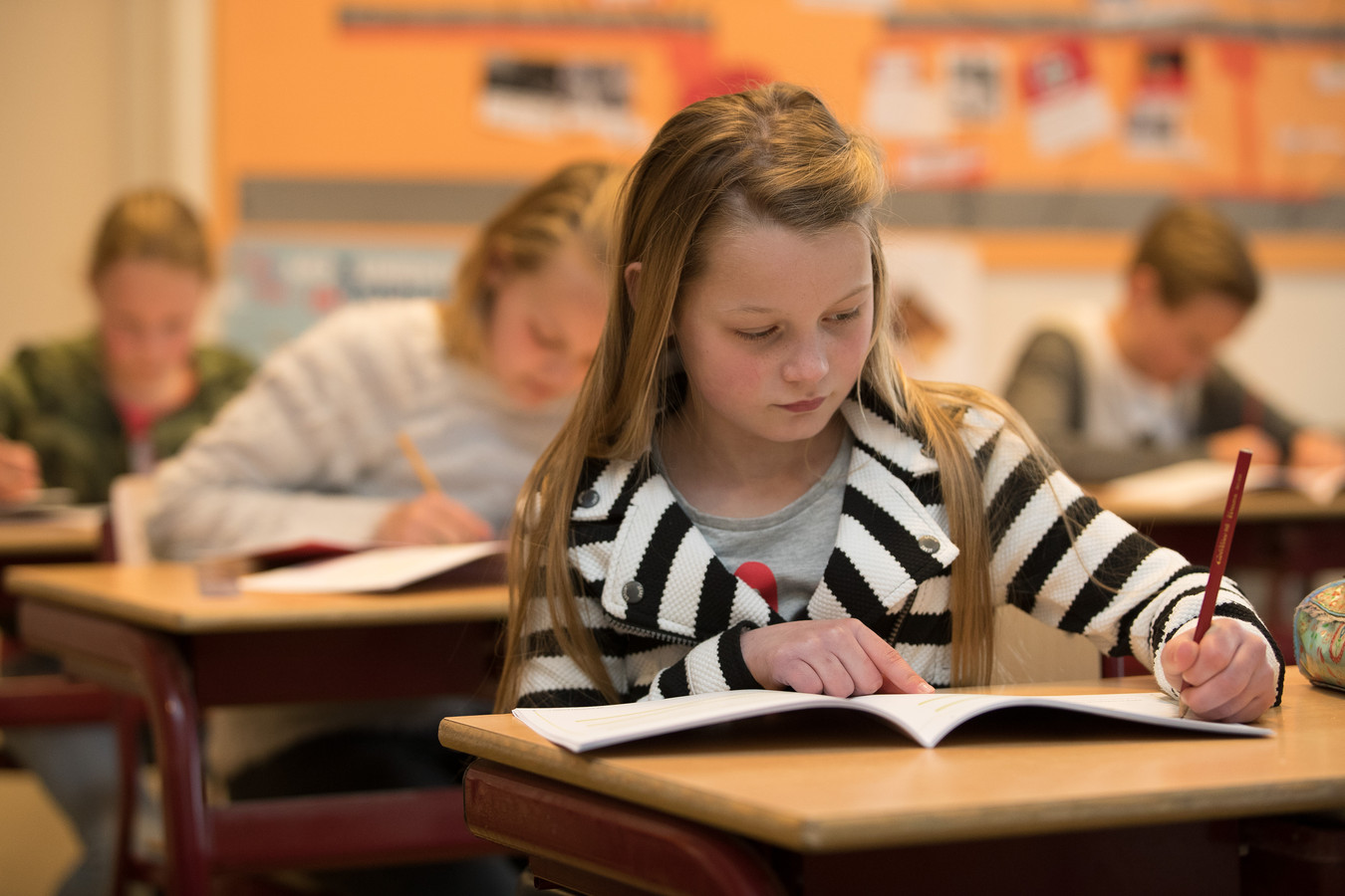 Raquel Diepeveen van basisschool Esmoreit in Luttenberg doet geconcentreerd de opgaven van de IEP-toets.