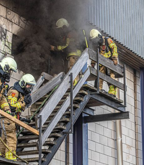 Brandweer moet muur slopen om vuur Stilohal Zwolle te kunnen doven