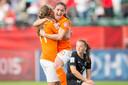 Lieke Martens (L) viert haar goal met Danielle Van De Donk tijdens de groepswedstrijd tegen Nieuw-Zeeland op het WK in 2015 (1-0).
