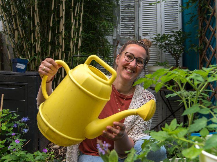 Kim (44) oogst groenten en fruit in haar achtertuin, mídden in de stad