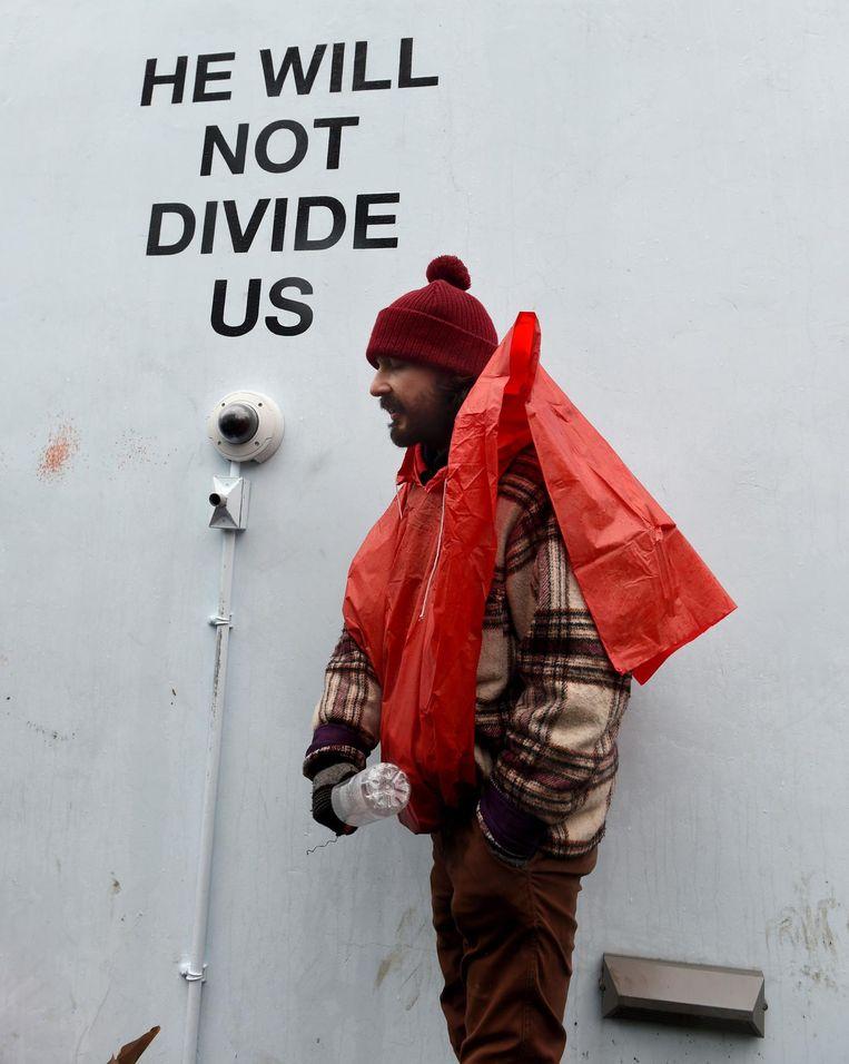 Shia LaBeouf bij zijn He Will Not Divide Us-installatie in New York. Beeld AFP