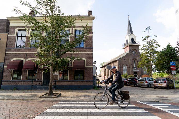Het oude Raadhuis met de pastorie op de achtergrond, in het centrum van Landsmeer.