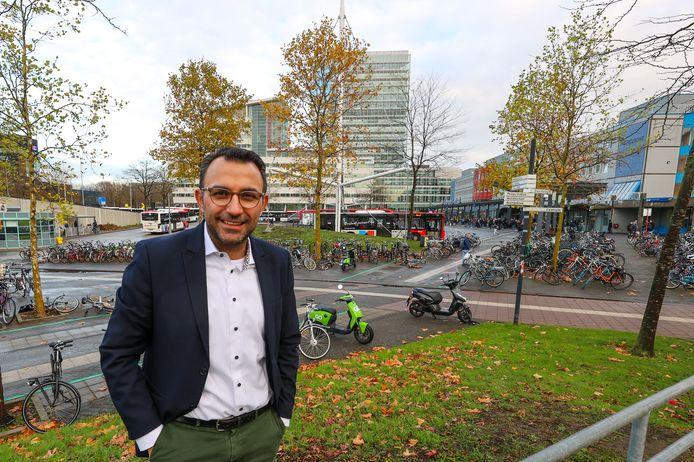 Eindhoven - Wethouder Yasin Torunoglu bij busstation Neckerspoel in Eindhoven