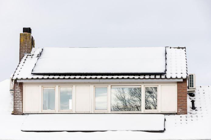 Zonnepanelen vangen weinig zon als de sneeuw erop blijft liggen. Zonde, want ze leveren veel op met de kou als de zon schijnt.