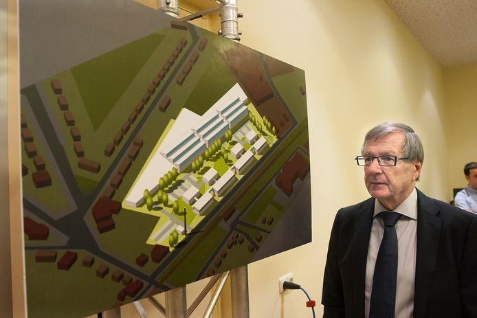 Hans Beele bij een afbeelding van de nieuwe fabriek en kenniscampus, die bij het station van Aalten is gebouwd.