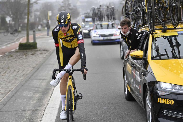 De Nederlandse renner Pascal Eenkhoorn van het Team Jumbo-Visma verwisselt zijn schoen tijdens de 76ste editie van de Omloop het Nieuwsblad. Beeld ANP