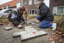 Vroegere buren halen een verstopt kunstwerk weer boven de grond in de Dennenweg, kort na het overlijden van de kunstenaar.